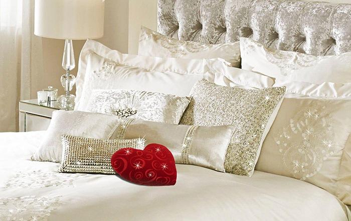 Белые подушки и постельное белье